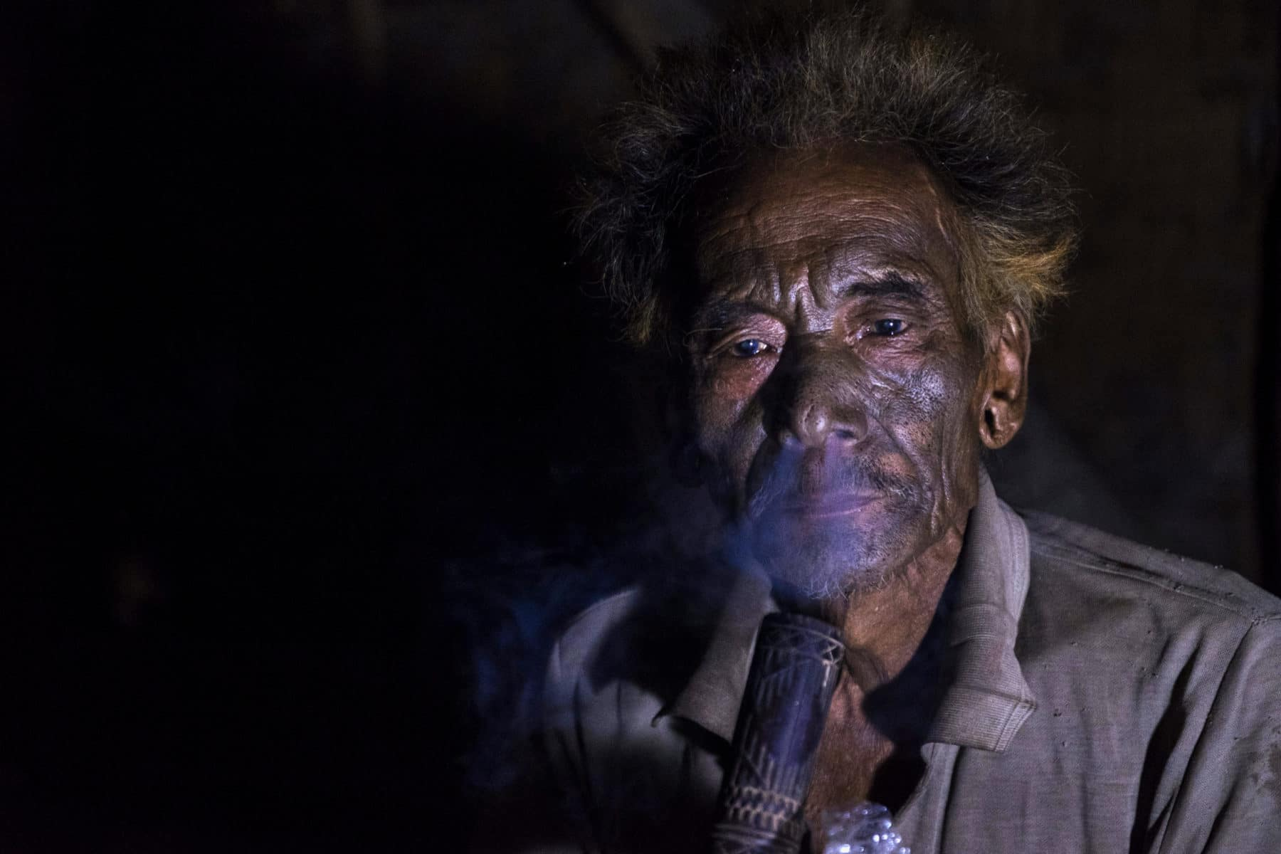 headhunter-smoking-opium-lungwa-mon-nagaland