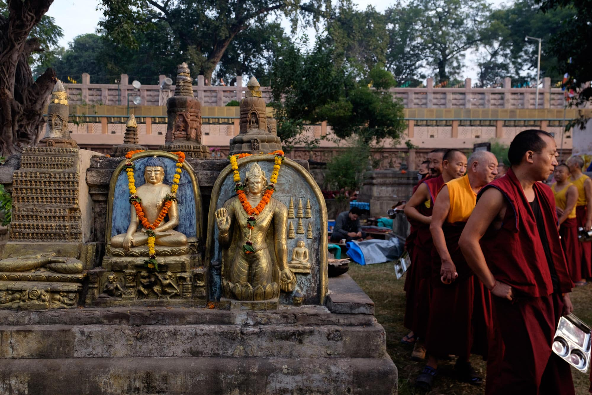Monks que up for meals at the Mahabodhi Temple bihar